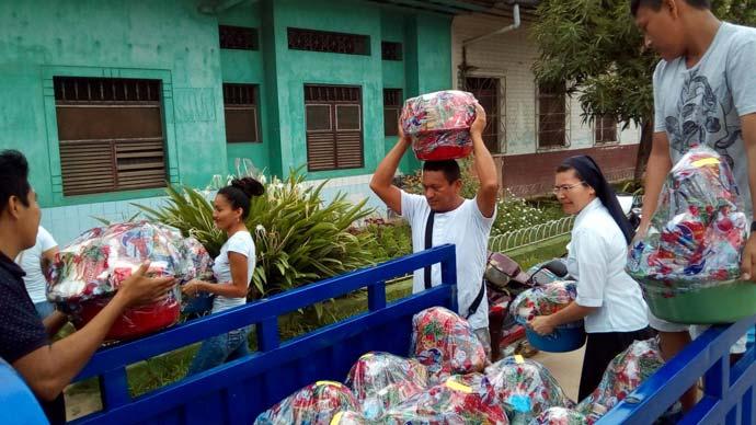 Reparto de canastas navideñas a pobres y ancianos